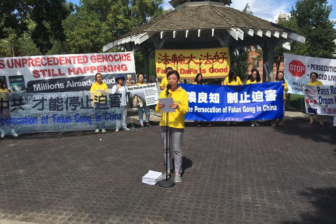 Minnan Liu przemawia nawiecu wEdmonton 23 lipca 2016 r. w17. rocznicę rozpoczęcia prześladowań Falun Dafa wChinach. Liu zaprezentowała ponad 9000 petycji podpisanych przezmieszkańców Edmonton wtym roku. Te petycje mają nacelu postawienie przedwymiarem sprawiedliwości Jiang Zemina, byłego przywódcy KPCh, któryrozpoczął prześladowania 20 lipca 1999 r. Zanią Hongyan Lu trzyma banner wzywający douwolnienia jej matki Huixia Chen, któraaktualnie jest przetrzymywana wwięzieniu zapraktykowanie Falun Dafa (Omid Ghoreishi / The Epoch Times)